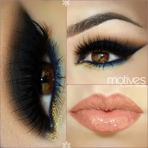 instagram @auroramakeup FB:https://www.facebook.com/AuroraAmorPorElMaquillaje  PRODUCTOS Motives by Loren Ridinger  Eye Shadow Base Prebase de sombras motives   Gel Eyeliner in LITTLE BLACK DRESS as a base on top eyelid extending it as a wing Gel delineador negro LITTLe BLACK DRESS como base en le parpado movily extendiendolo en forma de ala al final   Pressed Eye Shadow in ONIX setting the gel eyeliner applied and blending the edges Sombra negra mate ONIX para sellar el delineado negro anteriore y difuminar las orillas   Pressed Eye Shadow in HOT CHOCOLATE & CAPPUCCINO to blend the edges of the black and as transition color on the crease Sombra cafe oscuro mate HOT CHOCOLATE y cafe claro mate CAPPUCCINO para difuminar las orillas del negro y como color de transicion en el pliegue del ojo   Pressed Eye Shadow in VANILLA to highlight brow bone Sombra tono hueso mate VANILLA para iluminar el hueso de la ceja  Khol Eyeliner in ELECTRIC BLUE in the waterliner  Delineador azul electrico ELECTRIC BLUE en la linea del agua   Pressed Eye Shadow in TWILIGHT setting the waterline and blending the color below lower lashes  Sombra azul oscuro mate TWILIGHT para sellar la linea del agua y difuminarlo debajo de las pestañas inferiores   Glitter Pot in MAGIC DUST & POT of GOLD in the inner corner using Glitter Adhesive Brillos dorados cobre MAGIC DUST y dorado intenso POT of GOLD en la esquina interna del ojo pegados on el Pegamento de Brillos transparente de MOTIVEs   Lala Mineral Volumizing & Lengthening Mascara in BLACK in top & lower lashes Mascara mineral negra de pestañas Volumizante y Alargadora en las pestañas inferiores y superiores  LIPS // LABIOS Lala Mineral Lip Crayon in CINNAMON & Mineral Lip Shine in LA REINA  LALA Lapiz delineador de labios en tono CINNAMON y el brillo labial LA REINA   LASHES are NOIR FAIRY by @houseoflashes PESTAÑAS son NOIR FAIRY de House of Lashes   BROWs are DIP BROW POMADE in EBONY by @anastasiabeverlyhills CEJAS tienen el gel de cejas mate d