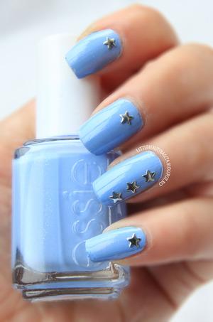 more photos here: http://littlebeautybagcta.blogspot.ro/2013/03/star-studed-nails-kkcenterhk-star-studs.html