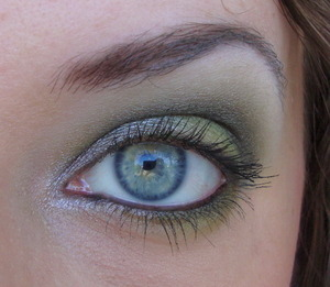 Another look I made for a dare, we both used the Acid palette by Sleek and made a wearable and a very bright look. This is the wearable version.