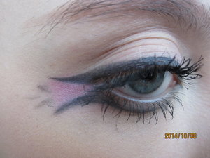I was just messing around with my eyeliner this morning and came up with this look. I'm not to sure what to call it so tell me what it reminds you of!