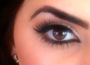 Natural look with an emphasis on lashes.