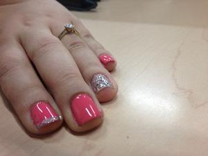 Esmalte color rosa y plata. Decoradas y brillo con gel