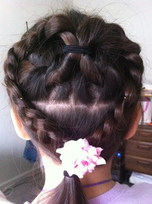 This is a cute hairstyle for any little girl, especially on Valentine's Day!!!💘