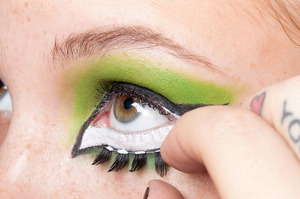 HALLOWEEN MAKEUP EFFECTS: Apply false lashes