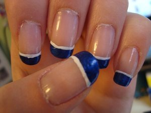 Navy blue french tips with a white lining. Yes, the quality is bad as I took this photos a few days after wearing it. However, enjoy !