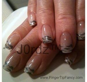 http://fingertipfancy.com/zebra-grey-white-ombre-nails