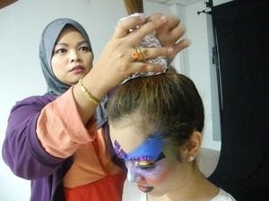Before photo shoot begin, Mira hair need to tied high and cover her half  hair with silver tin foil. It's just a simple hair-do for that day photo shoot.