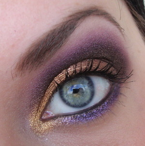I wanted to do something wearable for easter because I had to work, but still a bit colourful and fun. Gold and purple is just perfect together!