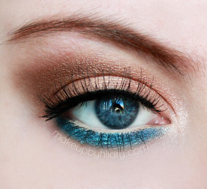 Summer inspired eyes using the Mary Kay Cream Eye Colors in Apricot Twist, and Coastal Blue. Review of these eye bases is on my blog. x