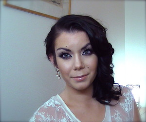 Here is the tutorial for this look : http://www.youtube.com/watch?v=k5SSDz68WZg