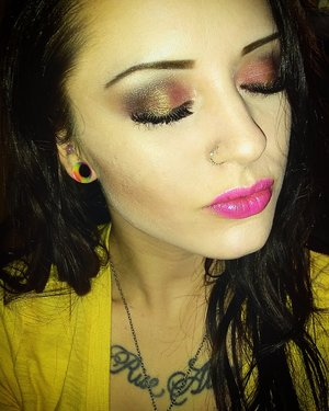 red and gold shadow with pink lips. IG: mrsthompson0126