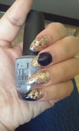 almond nails, gold glitter with tabaco