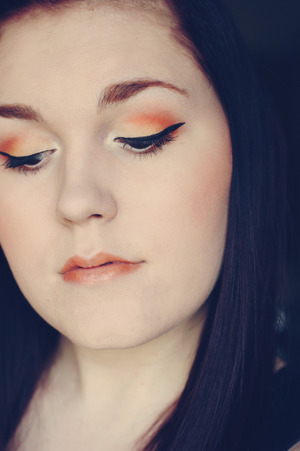 I decided to to do a makeup look inspired by the Pantone Colour of the Year, Tangerine Tango! I know Sephora has a collection out with Pantone so I figured I'd play around with some of the orange makeup I had. I had never really experimented with orange makeup before, but I'm pretty happy with how this look turned out!