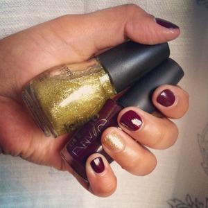 Beautiful gold glitter polish as an accent nail.