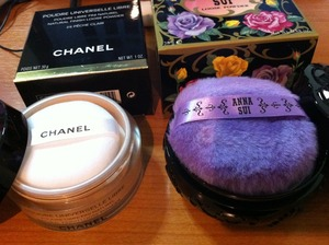 I like Anna Sui loose powder more than Chanel loose powder. Thumb up for Anna Sui