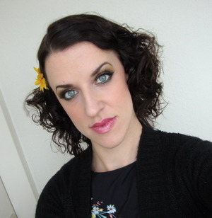 I was in a real mood for a look that reminded me of the 50's so I made pincurls. I wore a dress with yellow, green and pink flowers and I tried to use that in the look.