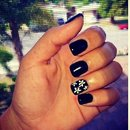Short Black gel nails w/daisys