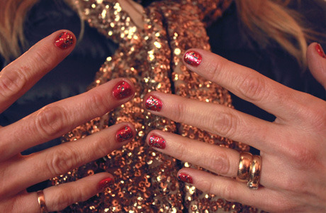 Robin is feeling festive in a sparkling metallic mani done with OPI polishes in DS Bold and Living Daylights to match her scarf.
