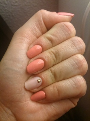 Combination of peachy pink and rosy white on the ring finger with a golden rhinestone.