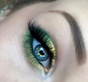 I felt like unleashing my inner holiday glam with a super fun shimmery green and yellow dramatic eye!  Full details -> http://theyeballqueen.blogspot.com/2015/12/shimmery-mistletoe-holiday-makeup.html