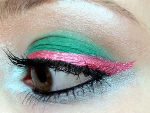 I felt a desperate need to see bright green and pink next to each other and thanks to Sugarpill and Urban Decay, I could squeeze this idea out of my mind and smear it onto my face.