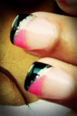 Black and pink for prom? Great way to make your nails pop!