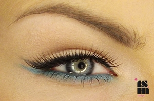 daily eye make up with the teal bottom line :)