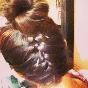 Es muy fácil hacer este peinado, tan sólo es hacer una trenza, pero de atrás para adelante inclinando tu cabeza !