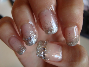 Elegant and simple silver sparkling gel nail design. Perfect for any day with any outfit !