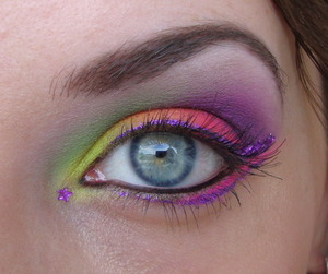 This look was created for a dare. We both used the Acid palette by Sleek and made a wearable and a very intense colourful look with it. This is the colourful version, obviously. ;)
