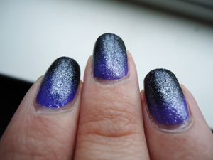 glitter top coat helped hide the fact that i didn't do so well on this gradient, haha ('^,^)>