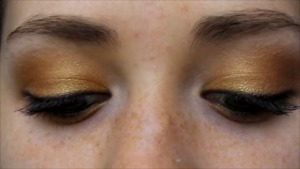 golden orange eyeshadow for blue eyes