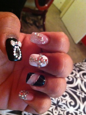 Black and white nails with rhinestones. If you live in Houston and knows where plaza America's is at there is nail shop on the mercado inside. It's located in front of the barber shop. The nails salon it's called nenas nails.