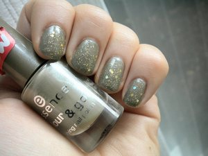 essence high spirits topped with la girl glitter addict in synergy :) simple and pretty!