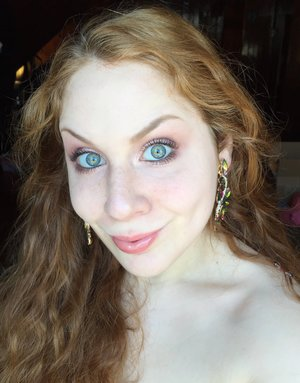 Bonjour, Jeaniez XOXO! http://www.thaeyeballqueen.com/makeuplooks/shimmering-light-peach-pink/