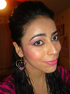 Super Girly Pink make up look. Pink on the eyes, cheeks and lips with really dewy and glowy skin. Perfect for a date!
