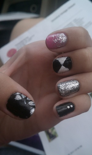 I really like these designs, I came up with this combination a couple days ago. I got sick of having just plain black nails so I decided to spice them up a bit so hopefully you like them :)