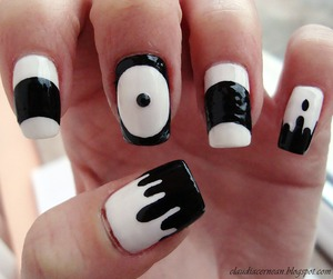 Tutorial on : http://claudiacernean.blogspot.ro/2013/01/unghii-alb-cu-negru-black-and-white.html