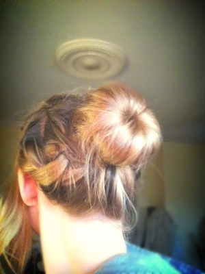 I just plaited my side fringe into a french braid and then scooped it all up into a donut to make the bun!