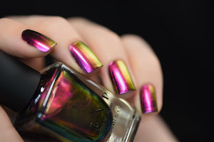 ILNP.com - Cameo effortlessly shifts through an incredible array of vivid pink, purple, copper, gold, and a stunningly vibrant green. Quite similar to Masquerade, Cameo leans more pink and has an even stronger color shifting effect.