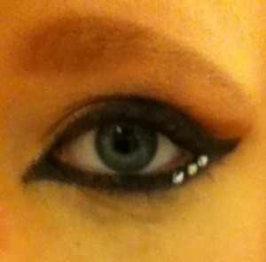 Rather heavy eyeliner, with a flash of dazzle to balance it out. Bronzey eyeshadows, but you can't really see it. What I would do for a working computer and a real camera. Sigh. But yeah, I wore this to school today. It was fun.