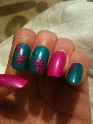 my hawiian flower nail art ;D