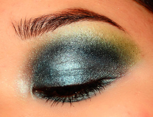 Frosty gradient eye with a hint of lime green.