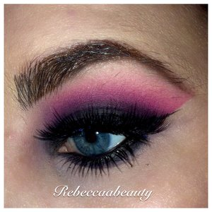 Used urban decay electric palette. Used Savage in crease/transition color. Urban decays black out on lid and blended upwards into savage. Hope you like the look :)