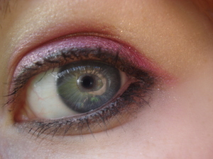Light eyeliner with pink on the lid blended out with a gold shimmer and light mascara