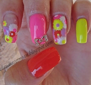 Tutorial on : http://claudiacernean.blogspot.ro/2013/04/unghii-neon-neon-nails.html