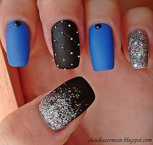 Tutorial on : http://claudiacernean.blogspot.ro/2013/02/unghii-mate-cu-sclipici-matte-nails.html