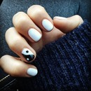Yin yang nail art