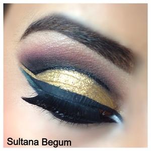 Dramatic eyes, gold cutcrease