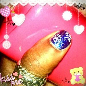Simple nail art for short nails.